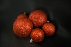 Weihnachtskugeln auf schwarzem Satin Stockfotos