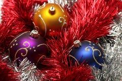 Weihnachtskugeln auf Silber und rotem Filterstreifen Stockbild
