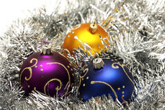 Weihnachtskugeln auf silbernem Filterstreifen stockfotos