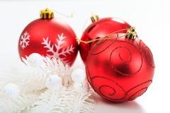 Weihnachtskugeln auf weißem Hintergrund Stockfotos