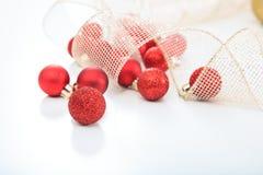 Weihnachtskugeln auf weißem Hintergrund Lizenzfreies Stockfoto