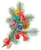 Weihnachtskugeln, -bögen und -kegel auf Fichte stockfoto