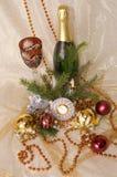 Weihnachtskugeln, -borduhr, -glas und -flasche Lizenzfreies Stockfoto