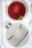 Weihnachtskugeln in der Verpackung Stockbild