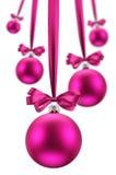 Weihnachtskugeln, die rosafarbene Farbbänder am Feiertag hängen. Lizenzfreie Stockfotos