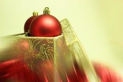 Weihnachtskugeln in einem Präsentkarton Stockbilder