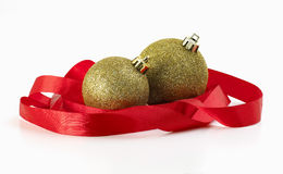 Weihnachtskugeln eingewickelt im roten Farbband Stockfotos