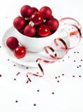 Weihnachtskugeln im Cup stockfoto