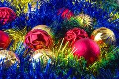 Weihnachtskugeln im Filterstreifen stockbilder