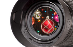 Weihnachtskugeln im Kameraobjektiv stockfoto