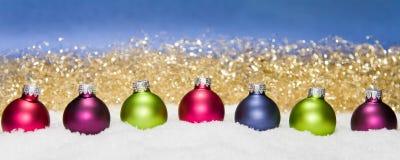 Weihnachtskugeln im Schnee Stockfoto