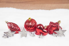 Weihnachtskugeln im Schnee Stockbilder