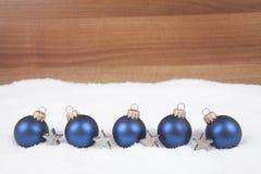 Weihnachtskugeln im Schnee Lizenzfreie Stockbilder