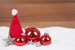 Weihnachtskugeln im Schnee Stockbild