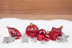 Weihnachtskugeln im Schnee Lizenzfreie Stockfotografie