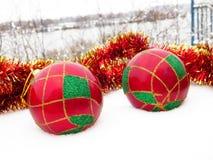Weihnachtskugeln im Schnee Lizenzfreie Stockfotos