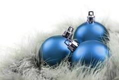 Weihnachtskugeln innen im Blau auf Federn Stockbild