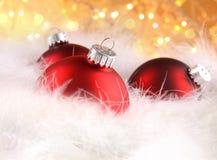 Weihnachtskugeln mit abstraktem Feiertagshintergrund Lizenzfreies Stockfoto