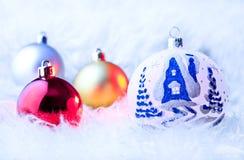 Weihnachtskugeln mit einem kalten, winterlichen Gefühl. Stockfoto