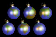 Weihnachtskugeln mit Erde Lizenzfreie Stockfotos