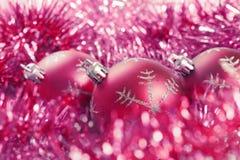 Weihnachtskugeln mit Filterstreifen stockbilder