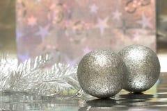 Weihnachtskugeln mit Paket Stockfoto
