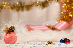 Weihnachtskugeln mit rosafarbenem Farbband. Stockfotos
