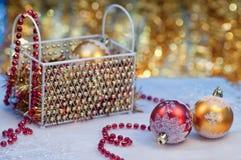 Weihnachtskugeln mit roten Perlen und Geschenkbox Lizenzfreies Stockbild