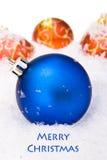 Weihnachtskugeln mit Schnee Stockfoto
