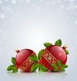 Weihnachtskugeln mit Stechpalme Stockfotos