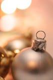 Weihnachtskugeln mit Unschärfenhintergrund Stockfotografie