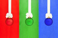 Weihnachtskugeln mit weißem Farbband Stockfotografie