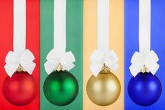 Weihnachtskugeln mit weißem Farbband Stockbild