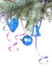 Weihnachtskugeln und -dekoration auf Tannenbaumzweig Lizenzfreie Stockfotos
