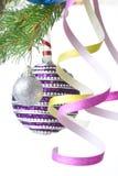Weihnachtskugeln und -dekoration auf Tannenbaumzweig Stockbild