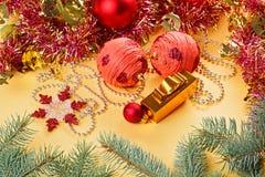 Weihnachtskugeln und -dekorationen auf Gold stockfoto