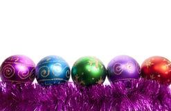 Weihnachtskugeln und -filterstreifen Stockfotografie