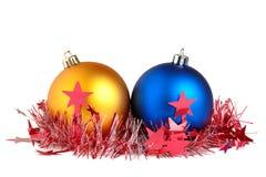 Weihnachtskugeln und -filterstreifen stockfotos