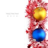 Weihnachtskugeln und -filterstreifen lizenzfreie stockfotos
