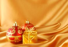 Weihnachtskugeln und -geschenk Stockfotografie