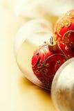 Weihnachtskugeln und Geschenkfarbband auf Goldenem Stockbild