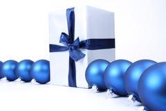 Weihnachtskugeln und Geschenkhintergrund Stockbilder