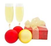 Weihnachtskugeln und Kasten und Glas Champagner Stockbild