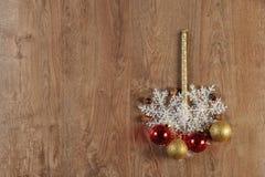 Weihnachtskugeln und -kerze Stockfotografie