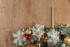 Weihnachtskugeln und -kerze Lizenzfreie Stockbilder