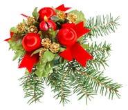 Weihnachtskugeln und -kerze auf Kieferzweig Lizenzfreies Stockbild