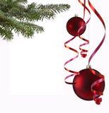 Weihnachtskugeln und Papierausläufer Stockbilder