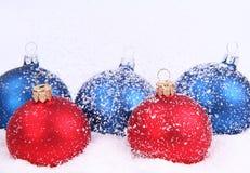 Weihnachtskugeln und -schnee Stockbild