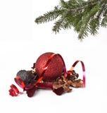 Weihnachtskugeln und Weihnachtsbaum Lizenzfreie Stockfotografie