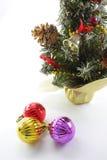 Weihnachtskugeln und Weihnachtsbaum lizenzfreie stockbilder